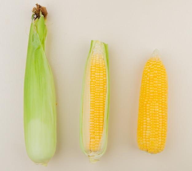 Вид сверху початков кукурузы на белом