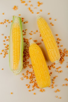 Вид сверху початков кукурузы с семенами кукурузы на белом