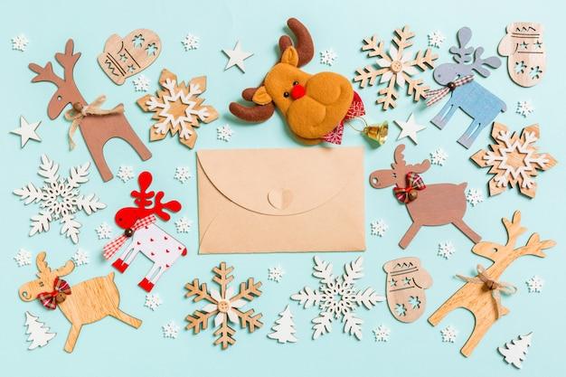 クラフト封筒、休日の装飾、おもちゃの平面図。クリスマス飾りのコンセプト