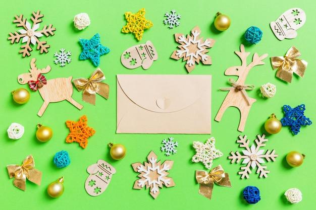 クリスマスのおもちゃや装飾品でクラフト封筒の平面図。クリスマスの時間の概念