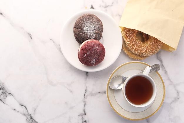 Вид сверху кремового печенья и чая на столе