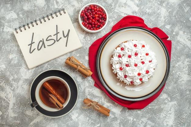 赤い布に果物で飾られたクリーミーなケーキのトップ ビュー 無料写真