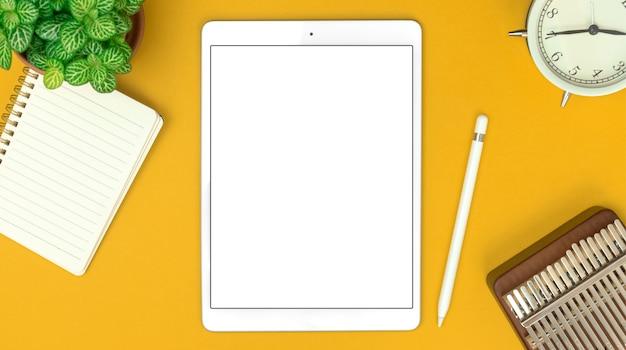 흰색 책상, 메모장, 알람 시계 및 스타일러스 펜에 디지털 태블릿 모형 및 사무용품이 있는 창의적인 디자이너 작업 공간의 상위 뷰, 복사 공간 사진
