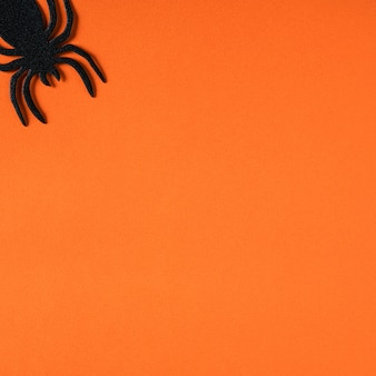 주황색 종이 테이블 배경에 있는 창의적인 할로윈 컨셉 장식의 상위 뷰.