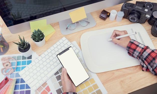 グラフィックデザインのための創造的なテーブル作業場所の上面図。