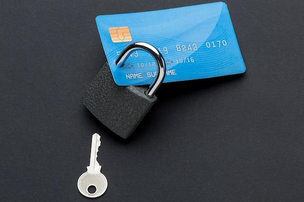 Вид сверху кредитной карты с замком и ключом