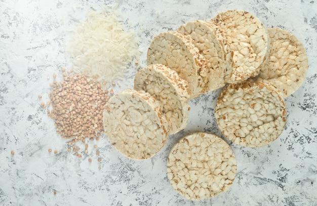 Вид сверху на хрустящее круглое гречневое и рисовое печенье