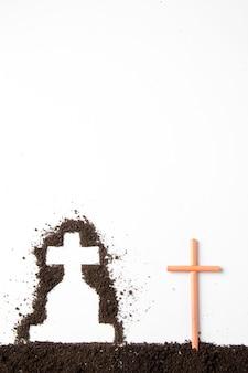 흰 벽에 어두운 흙과 십자가 모양의 상위 뷰