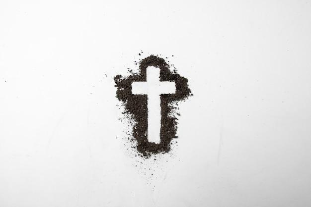 흰색에 어두운 흙과 십자가 모양의 상위 뷰