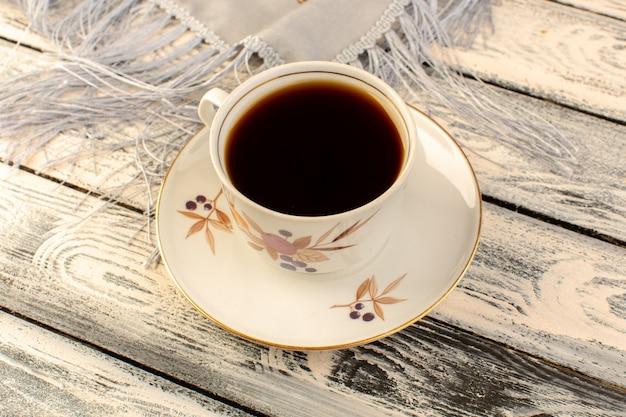 Вид сверху на чашку кофе горячий и крепкий на сером деревянном столе