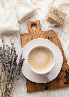 Вид сверху на чашку кофе с лавандой и подарком