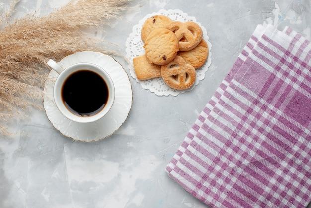 Вид сверху на чашку чая с вкусным маленьким печеньем на свете, печенье, печенье, сладкий чай, сахар