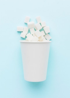 Вид сверху на чашку с кубиками сахара