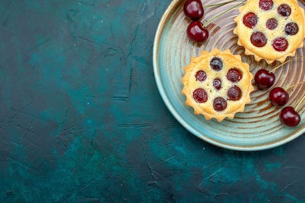 Вид сверху кексов с крутым декором и вишнями
