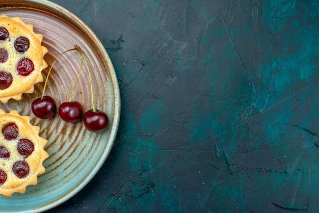 面白い装飾とさくらんぼの束を持つカップケーキの上面図