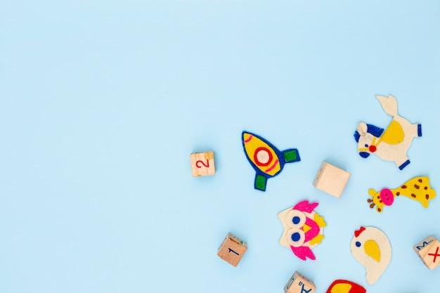 Вид сверху милые маленькие детские аксессуары с копией пространства