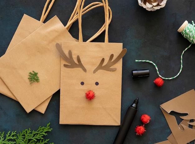 Вид сверху милых рождественских подарочных пакетов с оленями