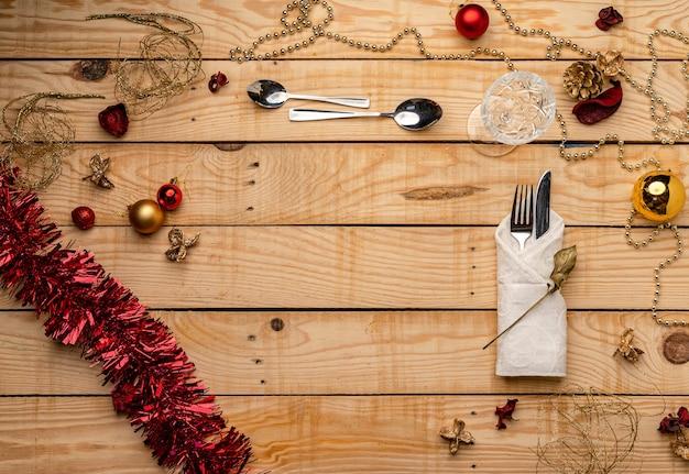 木製のクリスマスの背景にカトラリーの上面図