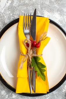 氷の表面で食事のために黄色のナプキンをセットしたカトラリーの上面図