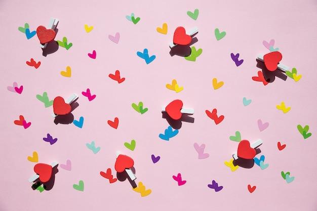 Вид сверху украшения фона день святого валентина концепция плоская планировка красочной формы и подарочной коробки