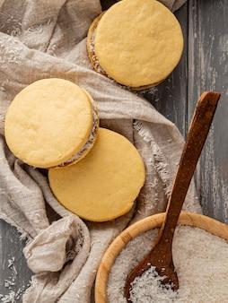 Вид сверху вкусного печенья альфахорес Бесплатные Фотографии