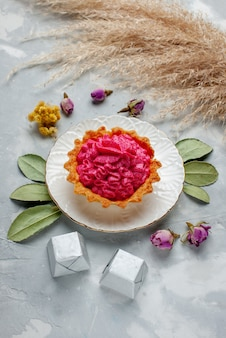 Вид сверху вкусного запеченного торта с розовым кремом и шоколадными конфетами на свете, торт сладкий, выпечка, крем-чай