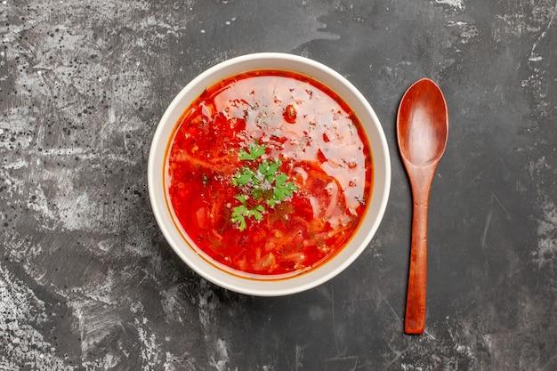 어두운 표면에 맛있는 보쉬 붉은 야채 수프의 상위 뷰