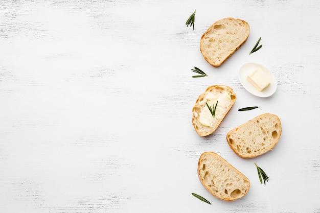 Вид сверху на вкусный хлеб с копией пространства