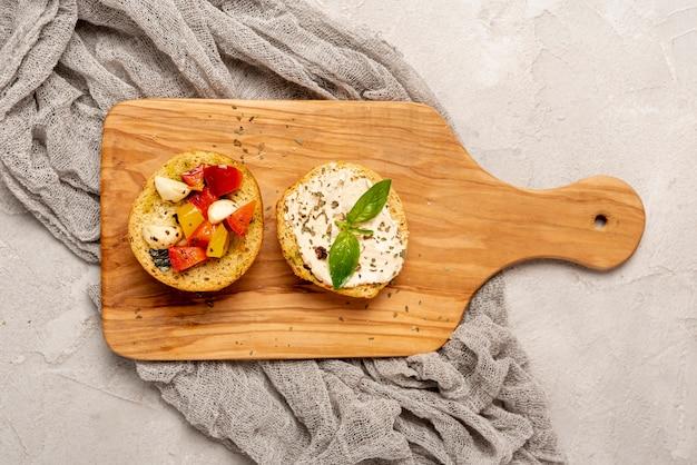 헬기에 토마토와 맛있는 빵의 상위 뷰
