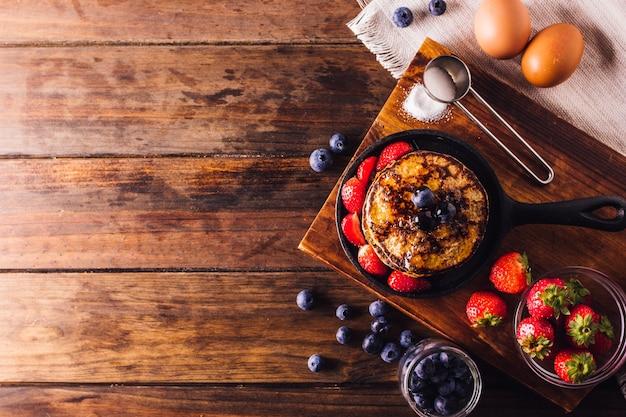 イチゴとブルーベリーを添えたパンケーキのおいしい朝食の上面図