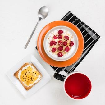 Вид сверху вкусного завтрака