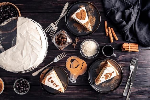 Вид сверху вкусного торта на деревянном столе
