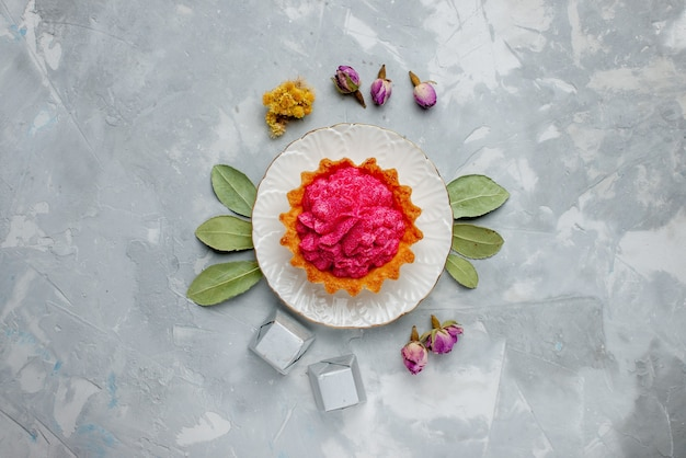 ライトデスクにピンククリームとチョコレート、ケーキビスケットの甘い焼きクリームとおいしいケーキの上面図