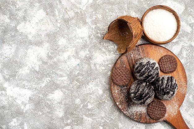 白い表面にクッキーとおいしいチョコレートボールケーキの上面図