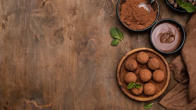 Вид сверху вкусных шоколадных шариков с копией пространства