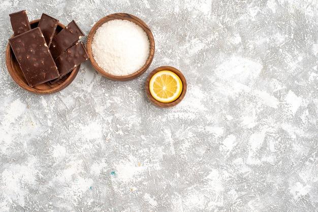 白い表面のおいしいチョコレートバーの上面図