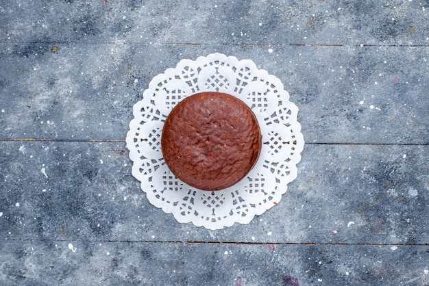 Вид сверху вкусного шоколадного торта круглой формы, изолированного на сером, выпечки шоколадного торта какао-сладкого печенья