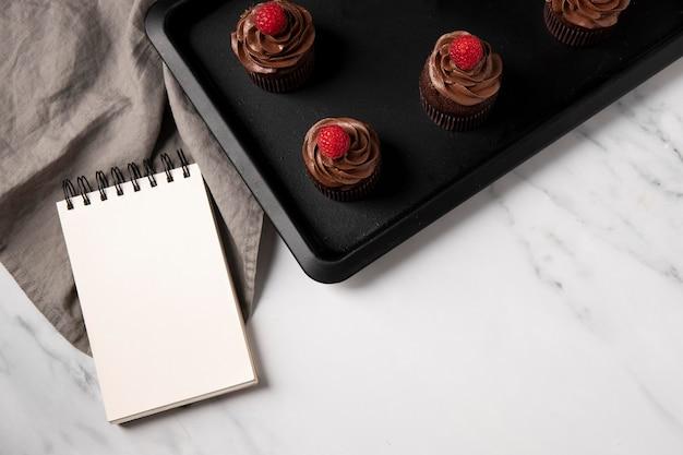 Вид сверху вкусных шоколадных кексов с малиной