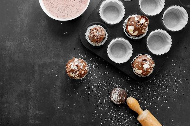 Вид сверху вкусных шоколадных кексов