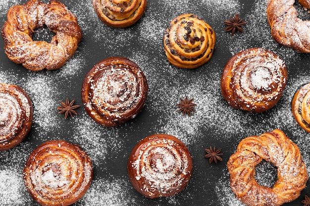 Вид сверху на вкусные булочки с корицей
