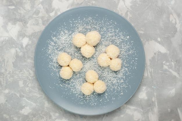 白い表面においしいココナッツキャンディーの甘いボールの上面図