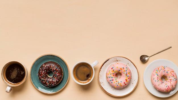 Вид сверху вкусных пончиков с копией пространства