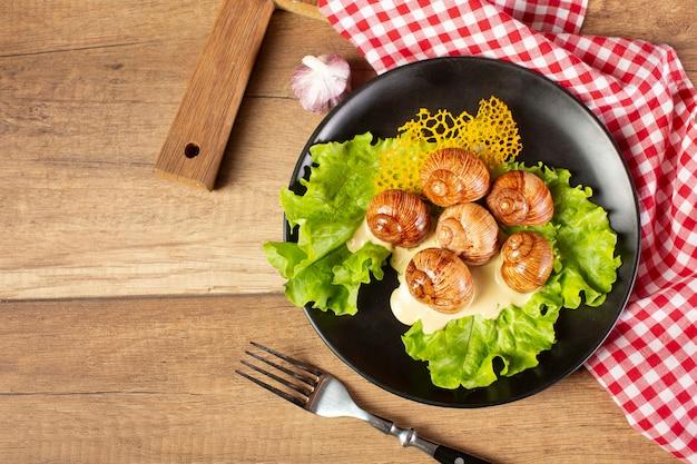 나무 테이블에 맛있는 음식의 상위 뷰