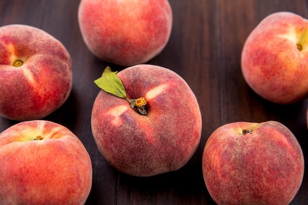 木材に分離されたおいしい新鮮でジューシーな桃のトップビュー