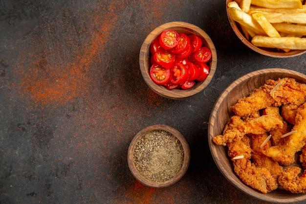 Вид сверху вкусной жареной курицы с картофелем фри