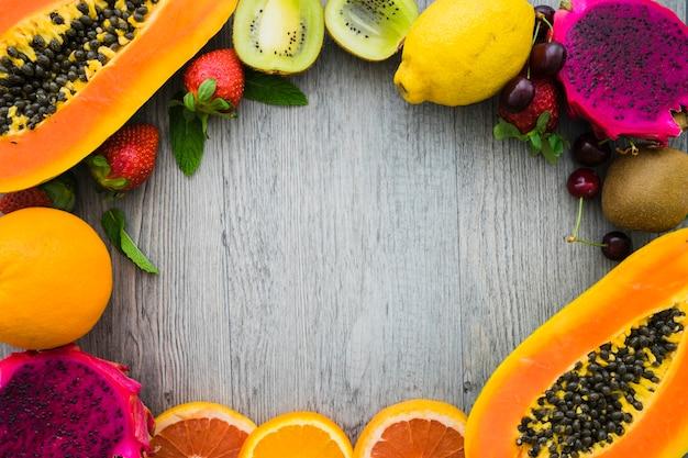 Вид сверху вкусной фруктовой рамы