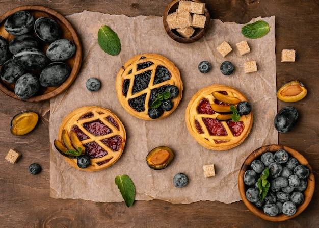 Вид сверху вкусных фруктовых пирогов со сливами