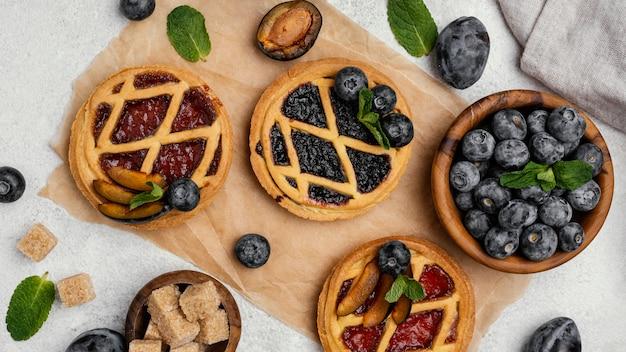 Вид сверху вкусных фруктовых пирогов