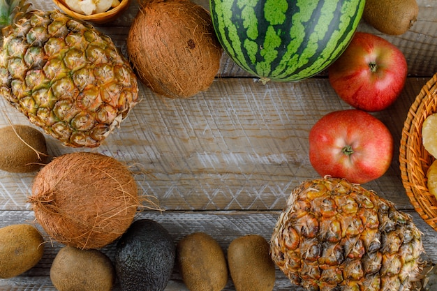 Вид сверху вкусных фруктов на деревянной поверхности