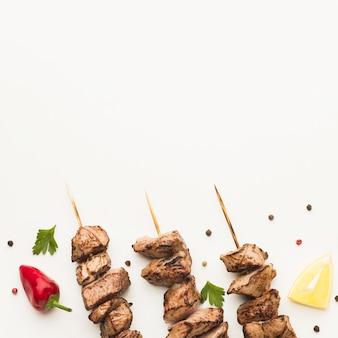 Вид сверху вкусного кебаба с перцем чили и копией пространства